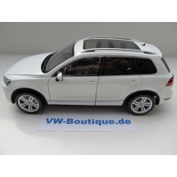 VW Phaeton W12 glass roof black metallic 1:18