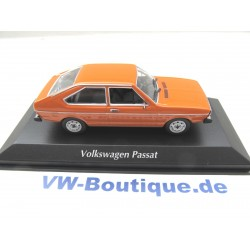 VOLKSWAGEN VW Passat B1 von Maxichamps in 1:43 orange NEU 940054201